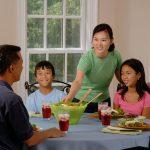familie avondeten aan tafel | Geniet MEER